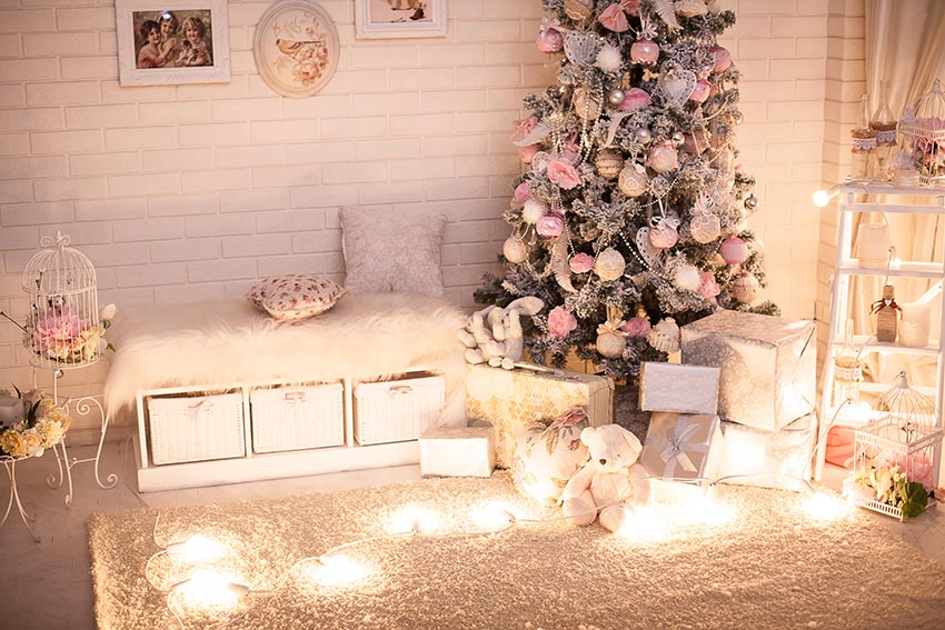 Decoro natalizio stile shabby chic con albero addobbato in rosa e bianco.