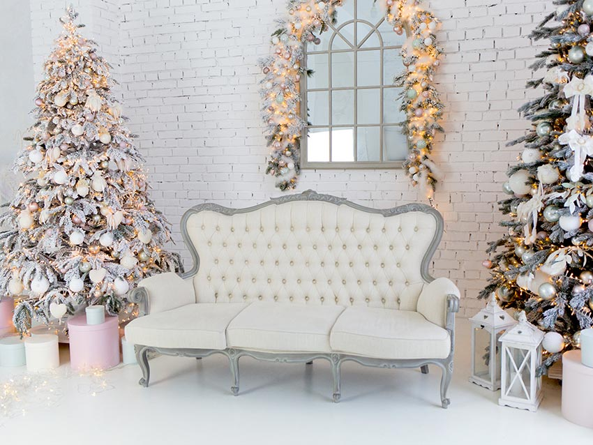 Splendido salotto decorato per Natale con divanetto shabby chic.