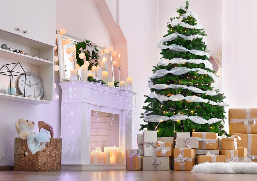 Albero di Natale verde con festoni bianchi, idea per una decorazione natalizia shabby.