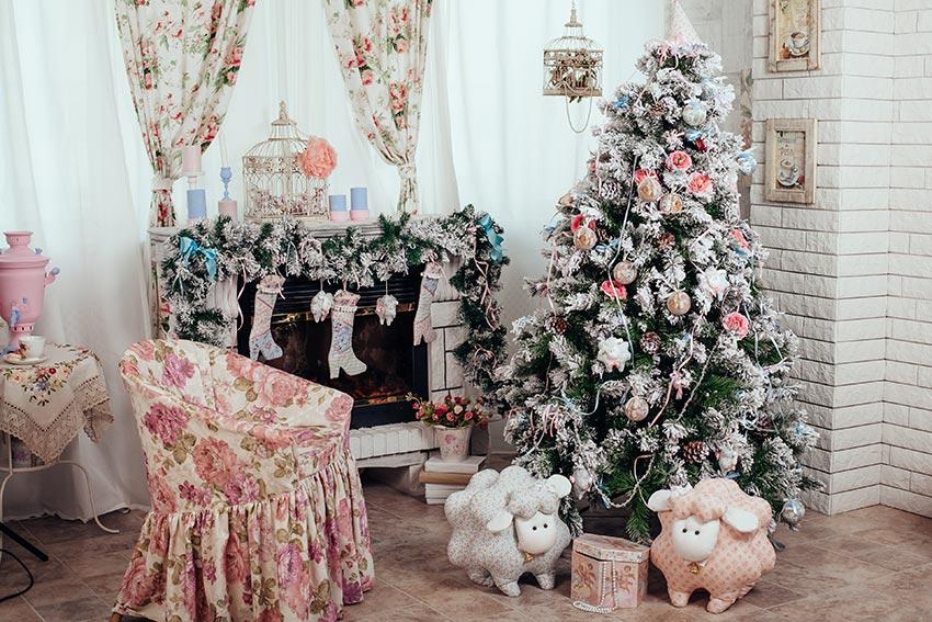 Soggiorno con camino decorato in stile shabby per Natale.