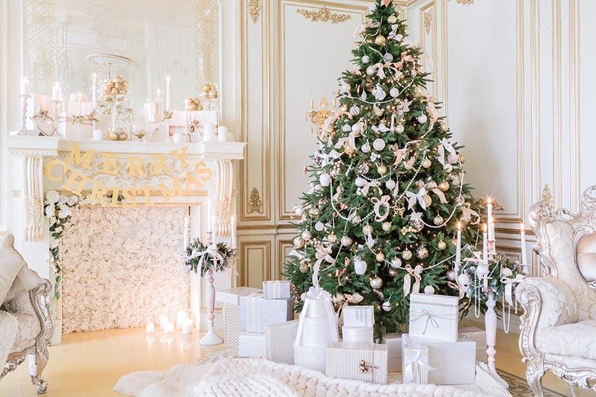 Albero di Natale addobbato in stile shabby.