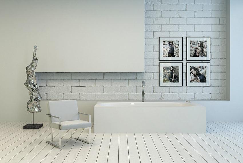 Un bagno moderno in muratura, rivestimento con mattoni bianchi a vista.