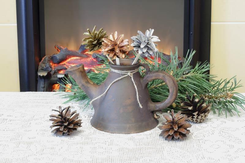 Composizione natalizia con pigne e rami di pino.