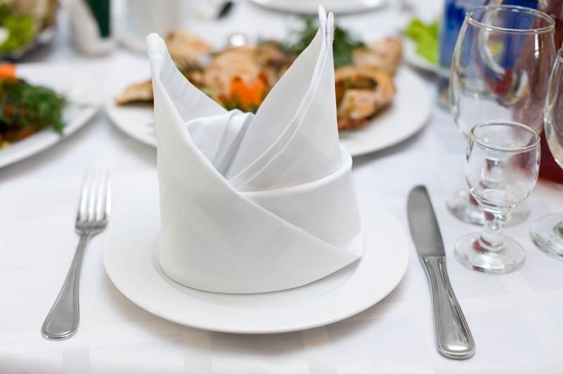Piegare i tovaglioli di stoffa a forma di coniglio, ideale per addobbare la tavola di Pasqua.