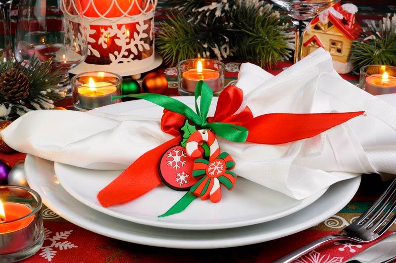 Addobbare la tavola di Natale con i tovaglioli.