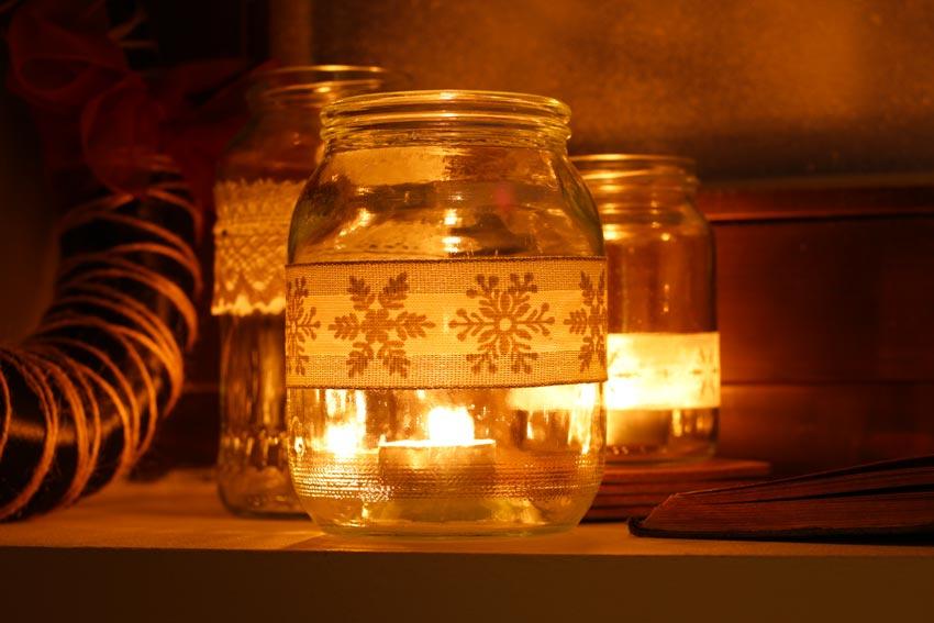 Decorazione fai da te con vasetti di vetro per Natale.