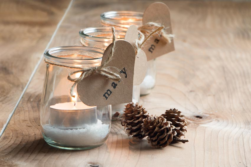 decorazione vasetto di vetro con candele e finta neve, ideale per decorare a Natale.