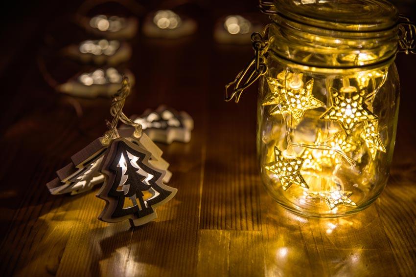 Decorazione vasetto di vetro con stelline luminose, ottimo per addobbare casa a Natale.