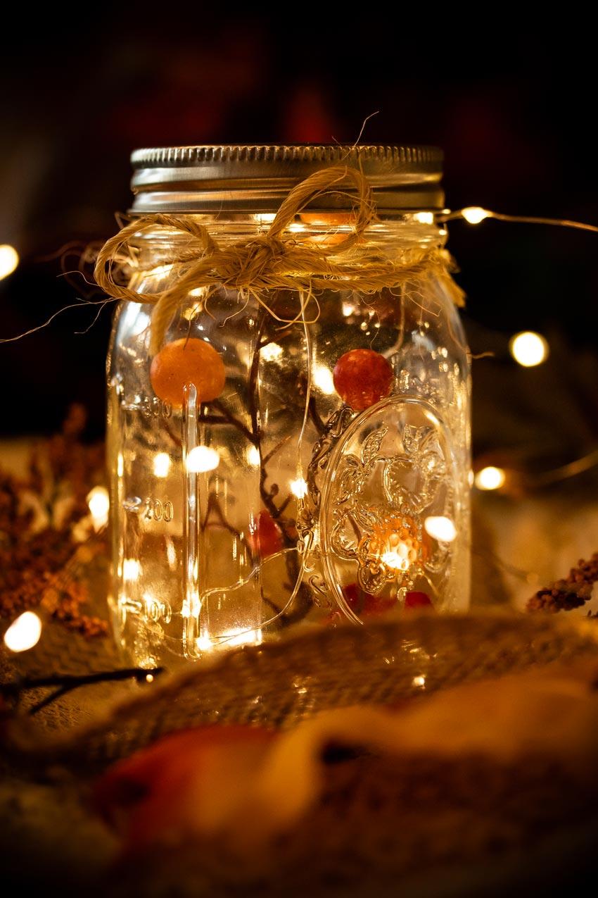 Decorazione natalizia con un barattolo di vetro.