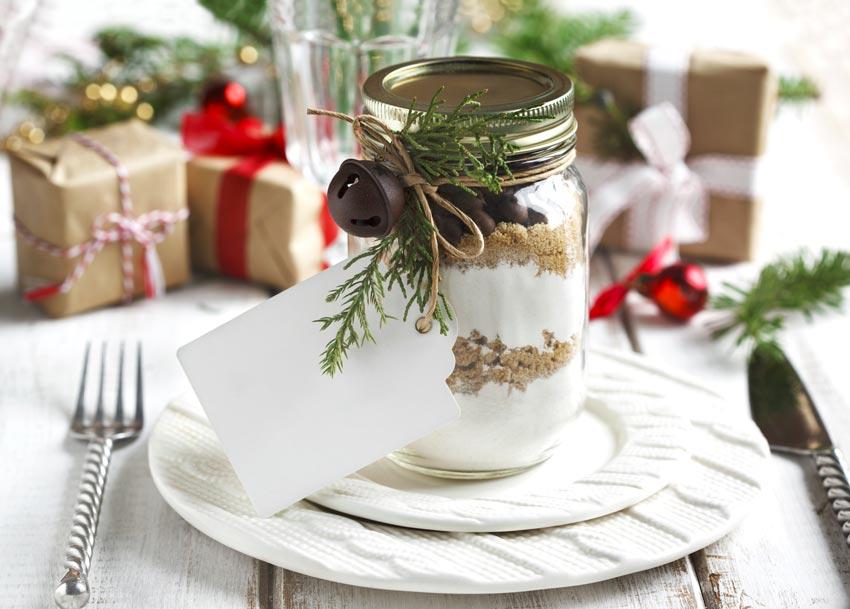 Segnaposto natalizio con barattolo di vetro.