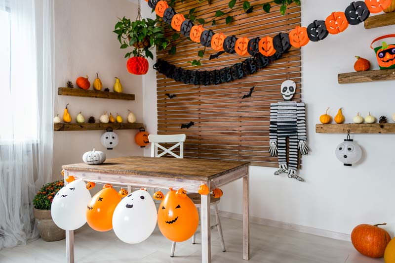 Decorare casa con i bambini per Halloween.