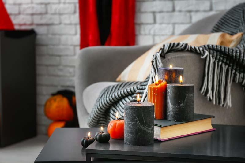 Decorare casa con le candele per Halloween.