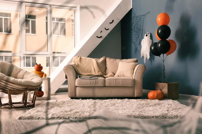 Casa decorata con palloncini neri e arancioni per la festa di Halloween.