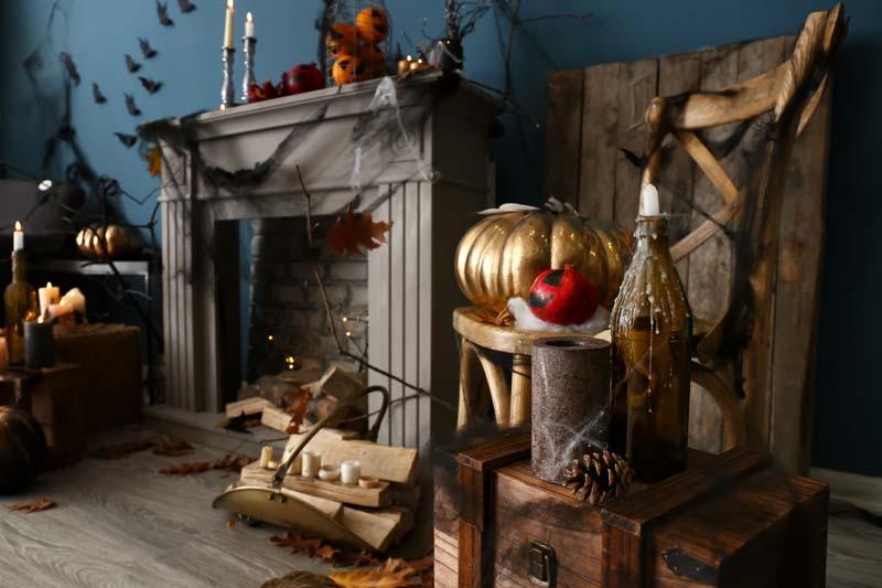 Decorare il camino di casa per Halloween.