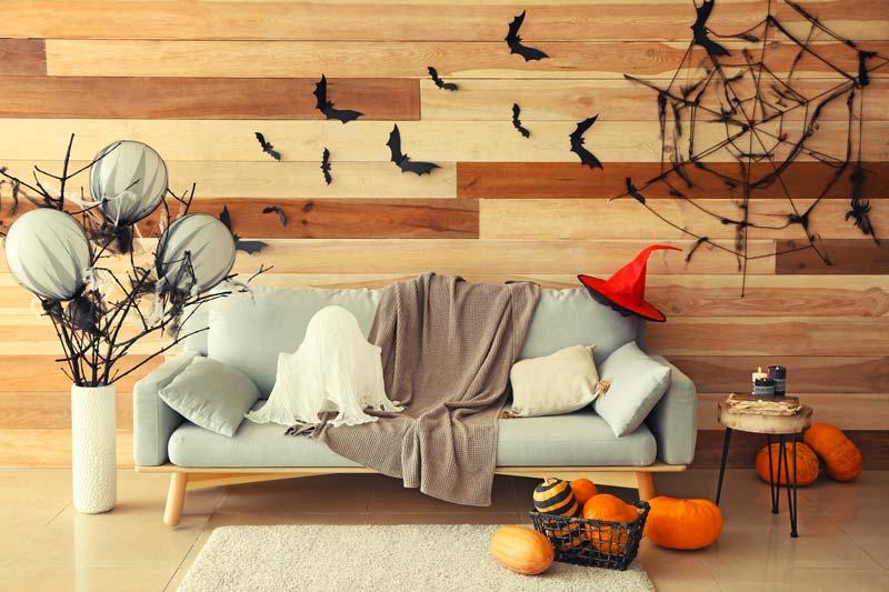 Decorare casa per Halloween con pipistrelli e zucche.