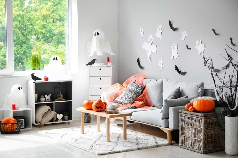 Casa con decorazioni di Halloween fai da te.