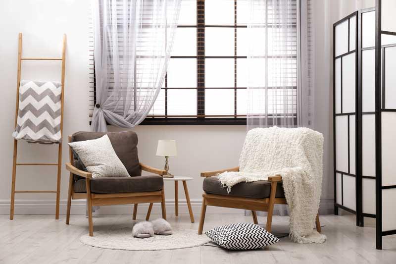 Foto con due sedie vintage e coperta di lana.