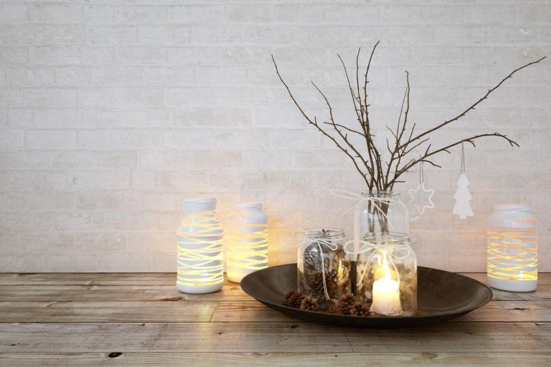 Vaso in vetro con rami secchi, ideale per decorare durante il Natale.