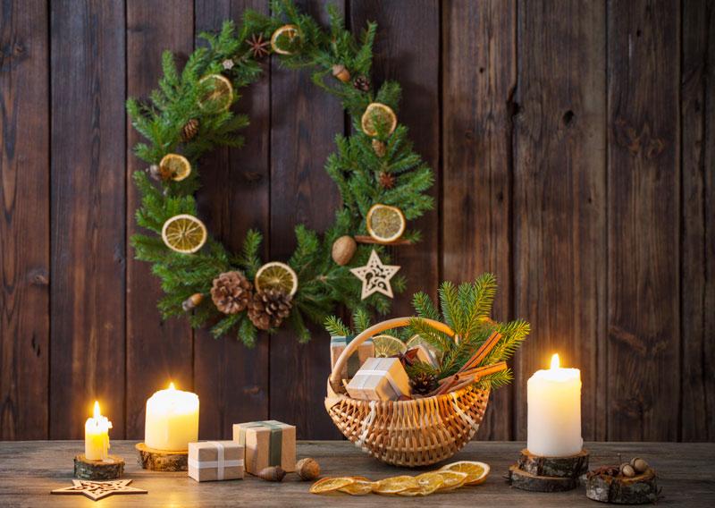 Ghirlanda natalizia realizzata con rami di pino e frutta secca.