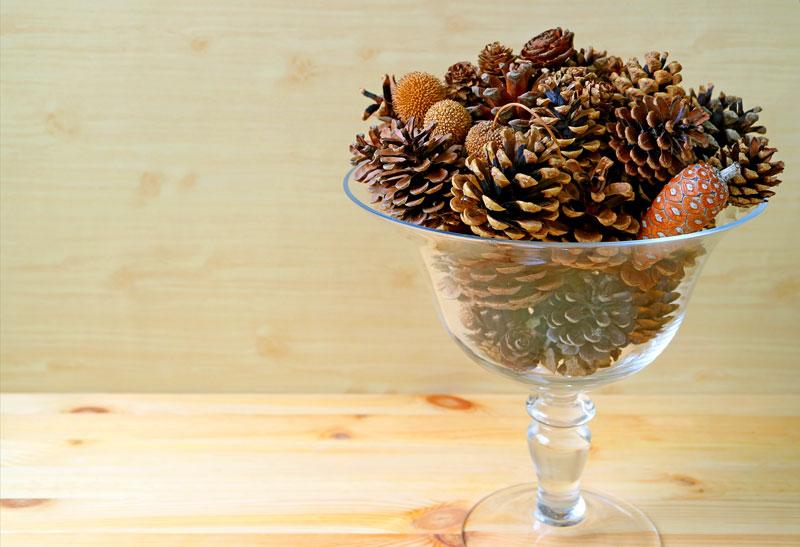 Bicchiere decorato con le pigne, ideale come addobbo natalizio.