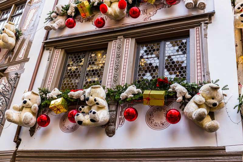 Foto di una finestra durante il mercato di Natale di Strasbourg.