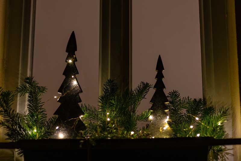 Vaso da balcone di notte decorato per Natale.
