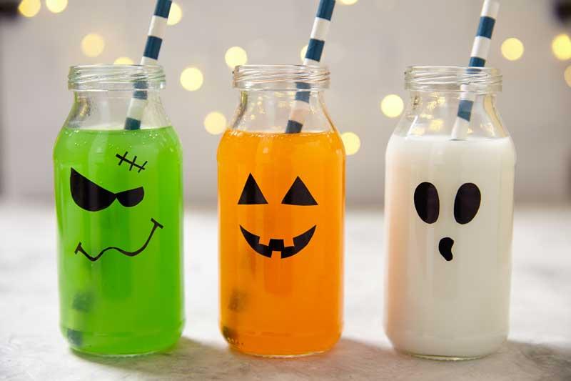 Bicchieri per bambini decorati per la festa di Halloween.