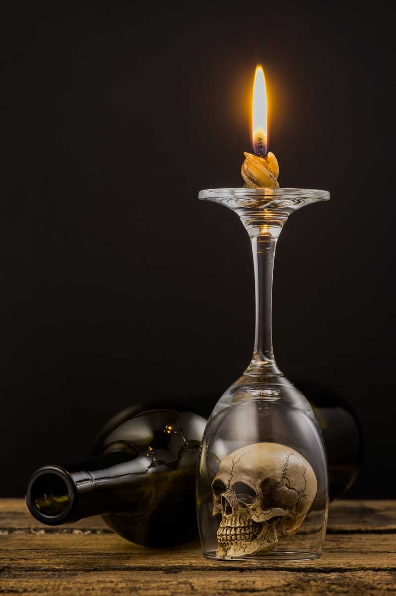 Decorazione con bicchiere e candele.