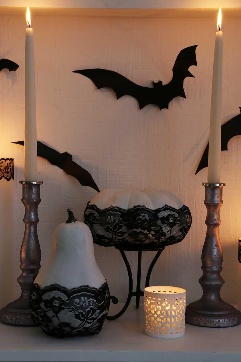 Decorazione creativa per Halloween, con candele e pipistrelli.