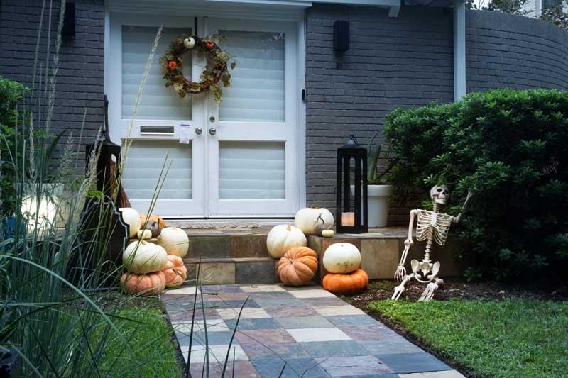 Giardino decorato per la festa di Halloween con le zucche.