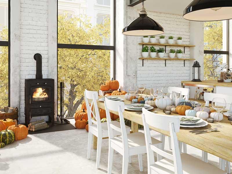 Sala da pranzo decorata con le zucche in autunno.