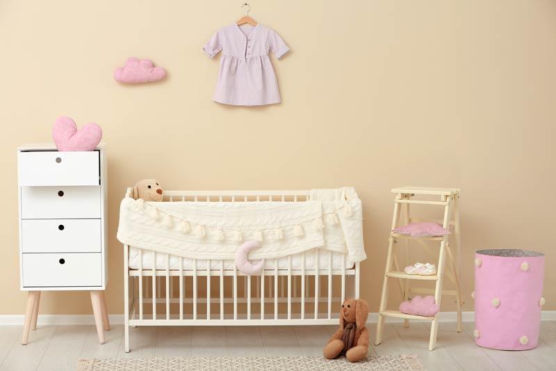 Bellissima cameretta per neonata con pareti color tortora.