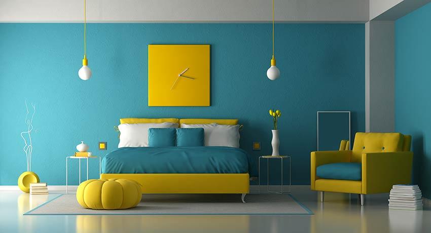 Camera da letto con colori gialli e blu.