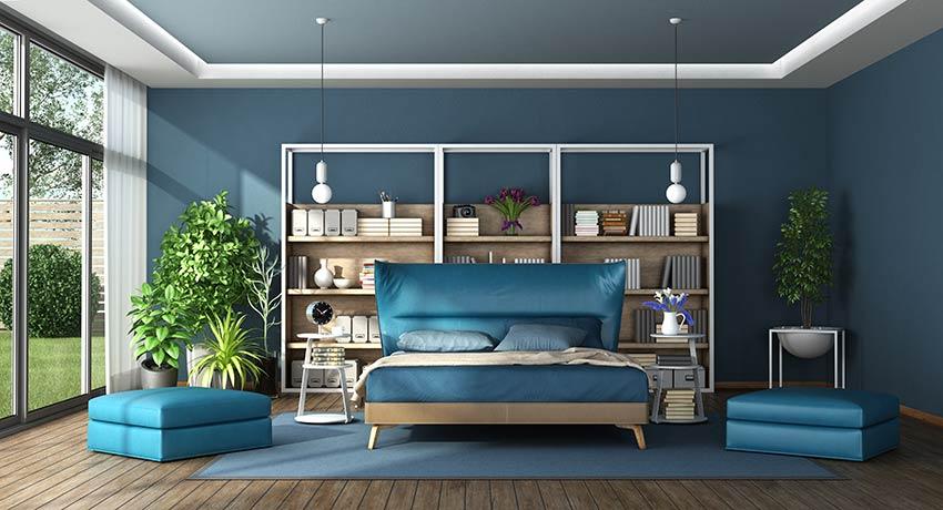 Stanza da letto con letto matrimoniale, colori dominanti blu e tortora.