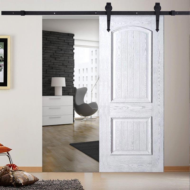 Bellissima porta bianca in legno scorrevole.