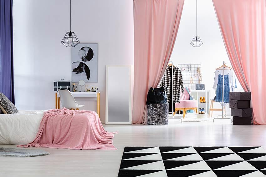 Bellissima camera contemporanea con grande tende per separare stanza letto dalla cabina armadio.