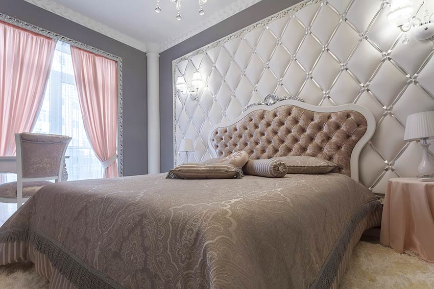 Bellissima parete dietro letto con bottoni, tende rose, ideale per un arredamento in stile shabby.
