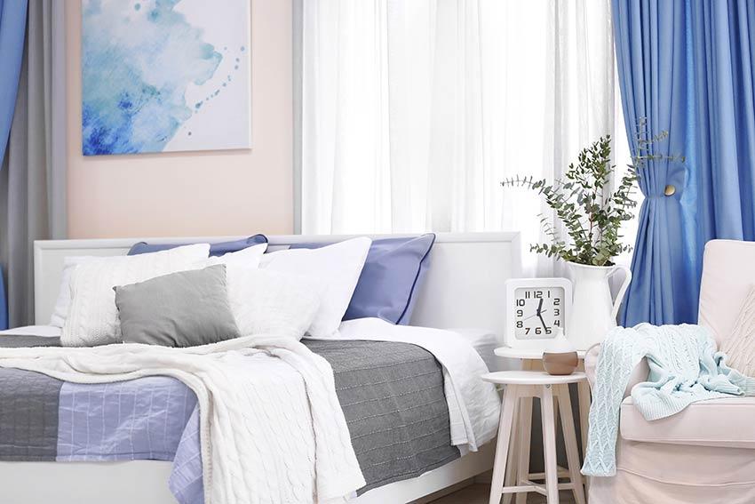 Tende moderne per camera da letto blu acceso.