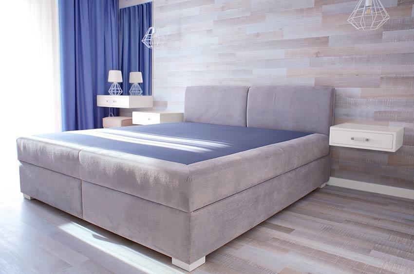 Stanza da letto con letto matrimoniale e tende celeste, ideale per la primavera.