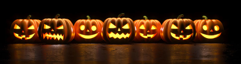 Zucche di Halloween con lanterne.