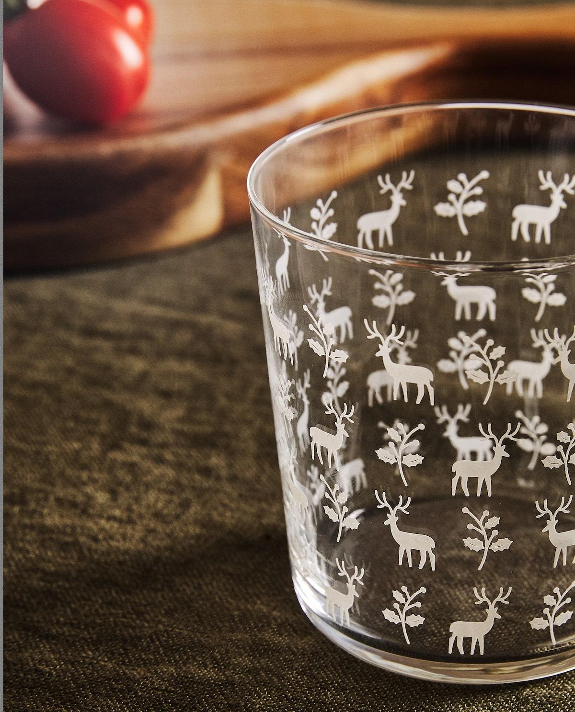 Bicchieri natalizi con motivi bianchi a forma di renne di Zara Home.