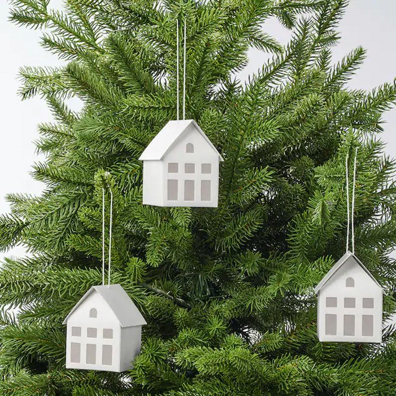 Decorazioni natalizie IKEA a forma di casette per albero.