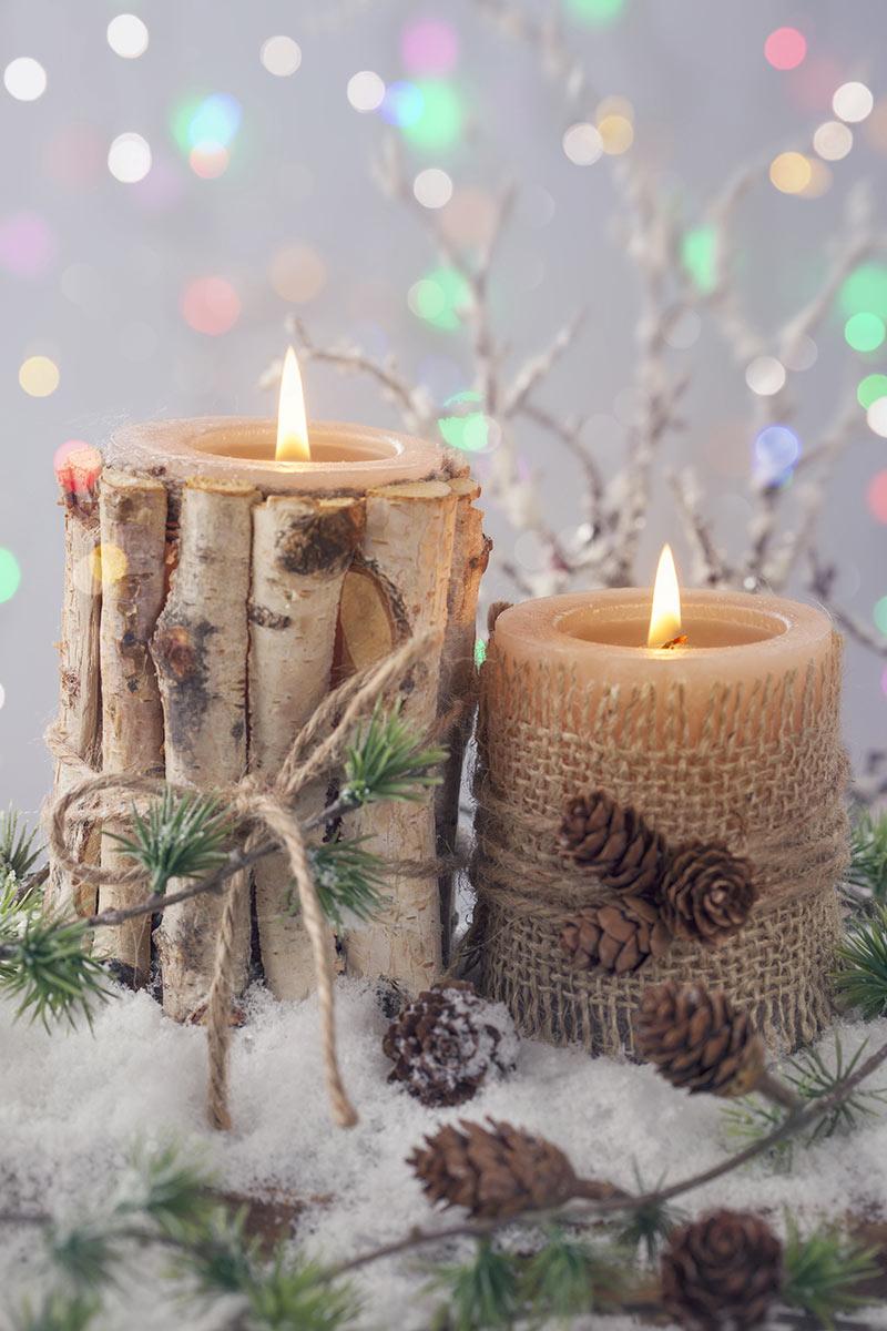 Porta candele natalizio realizzato con tronchetti di legno.