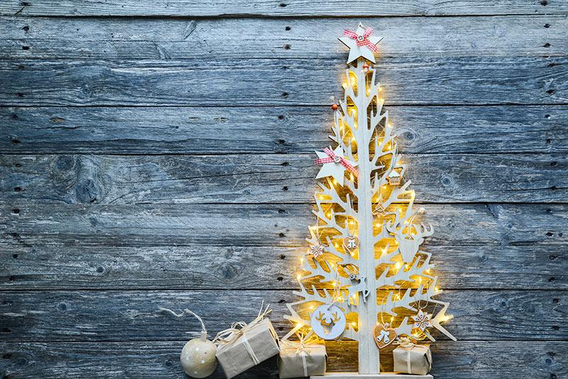 Addobbo natalizio in legno a forma di albero.