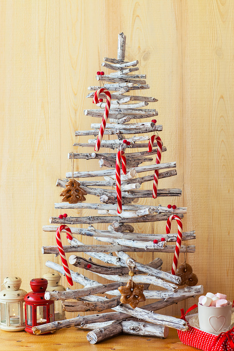 Albero di Natale fai da te con legnetti bianchi.