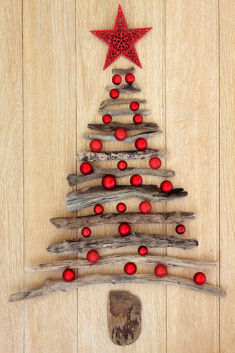 Alberello natalizio fai da te realizzato con rametti di legno.