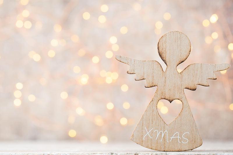 Addobbo di natale realizzato in legno a forma di angioletto.