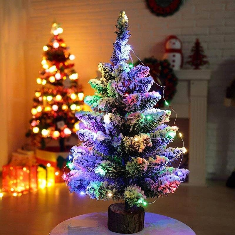 Piccola albero di Natale con luci a LED multicolore.