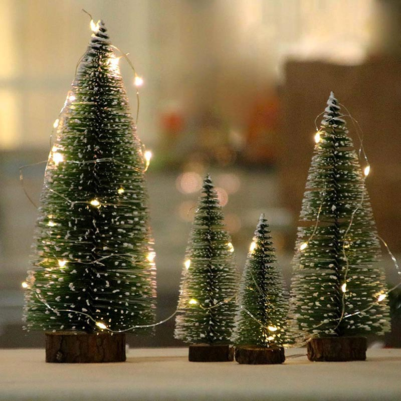 Piccoli alberi di Natale artificiali verdi con luci decorativi a LED.
