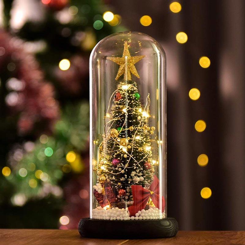 Alberello di natale decorato in un paralume di vetro, ideale per decorare la tavola.